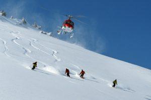 Heli_Skiing_Turkey_-_skiers_and_heli