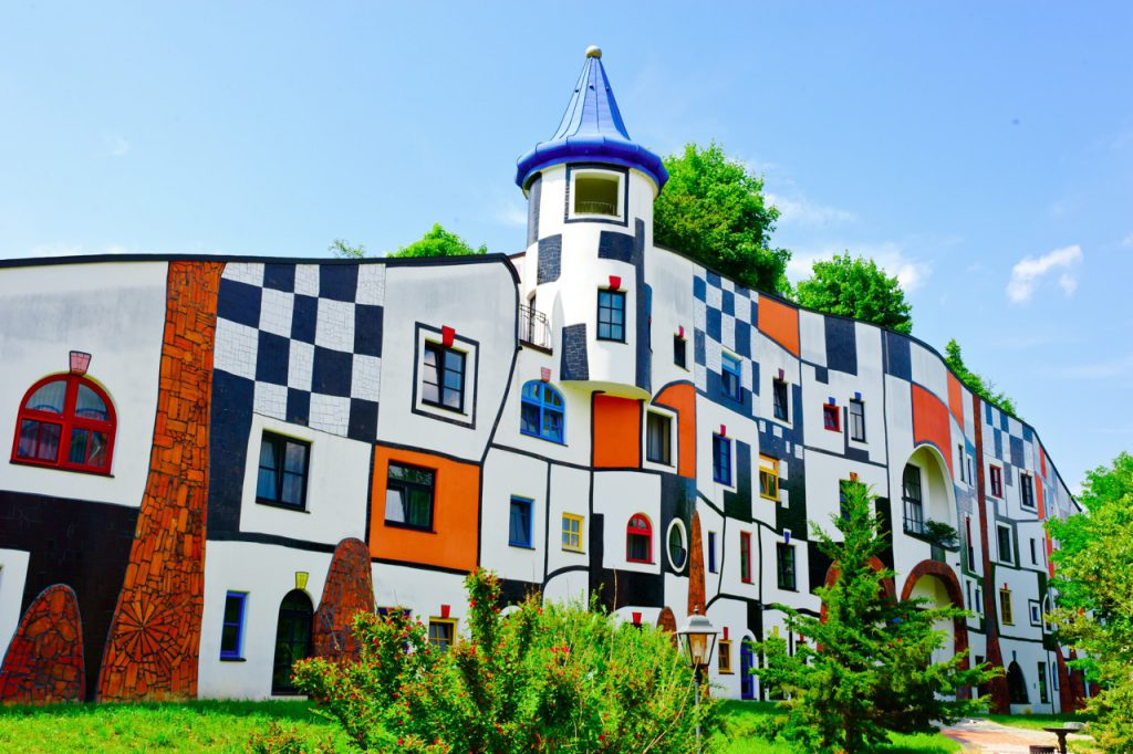 Amazingly curvy buildings created by hundertwasser for Architecture hundertwasser